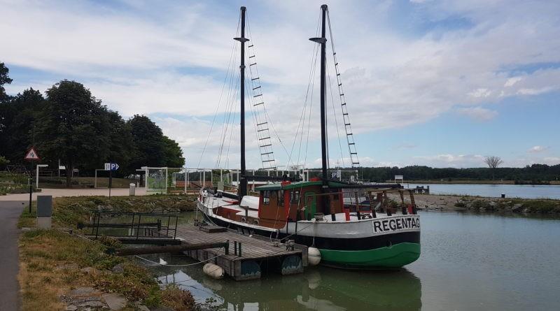 Regentag Schiff von Hundertwasser in Donau